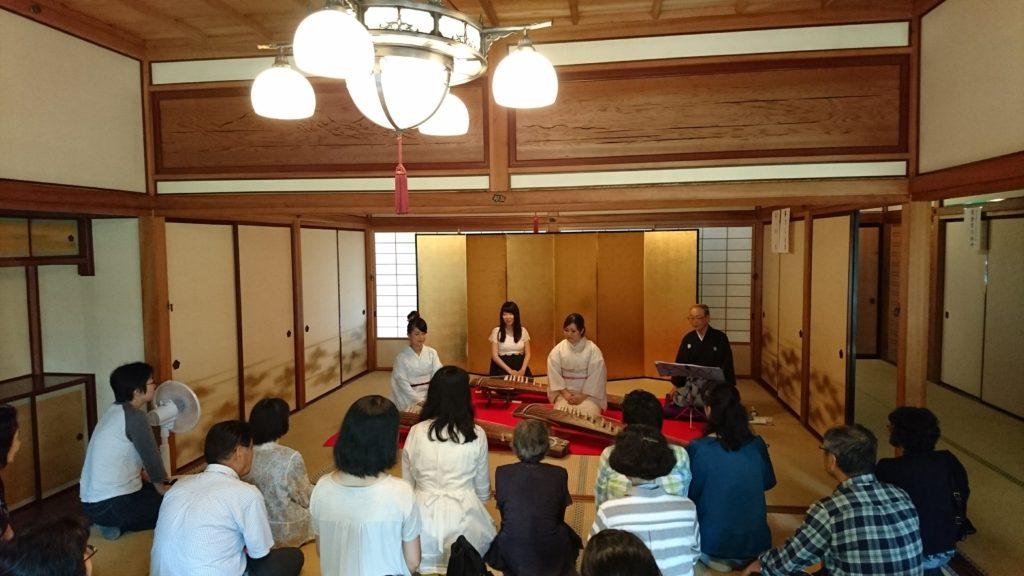 天鏡閣にて箏をひく着物の女性 佳寿美会 箏PLAN