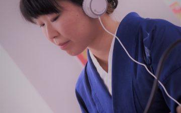 ラジオ収録をする箏回想士の渡部佳奈子