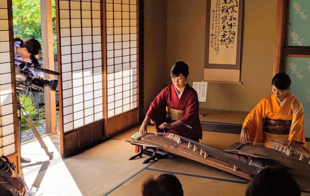 日本遺産開成館で箏をひく渡部佳奈子と舘野和佳奈