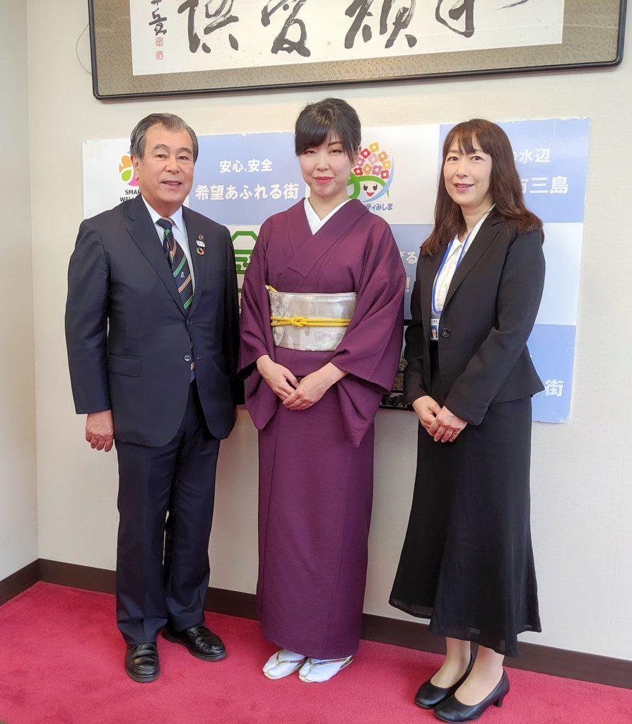 三島市豊岡武士市長・高齢福祉課長と写真を撮る渡部佳奈子