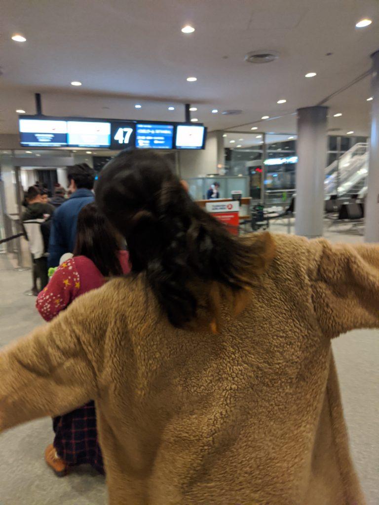 成田空港を発つ箏回想士渡部佳奈子
