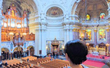 ベルリン大聖堂に立つ箏回想士渡部佳奈子