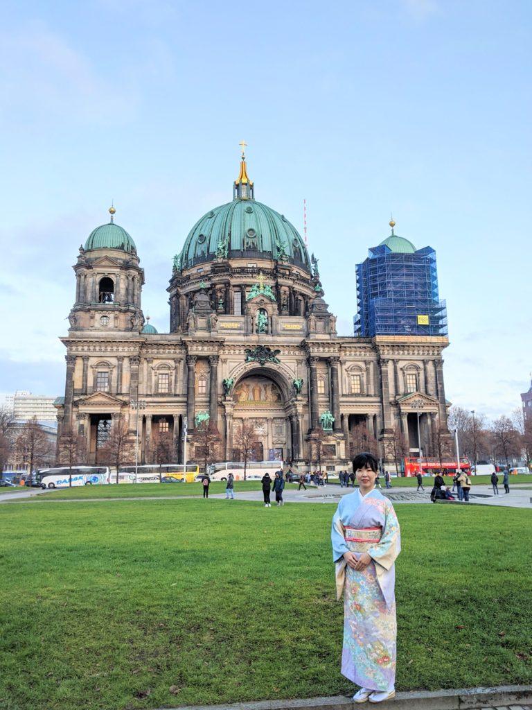 ベルリン大聖堂の前に立つ箏回想士渡部佳奈子