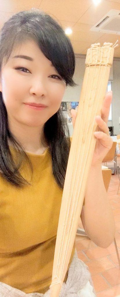 縄文琴を持つ箏回想士渡部佳奈子
