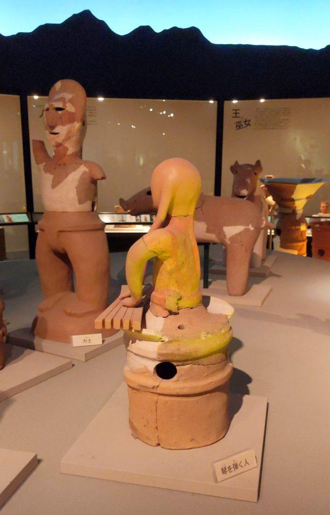 群馬県高崎市かみつけの里博物館琴を弾く男子埴輪