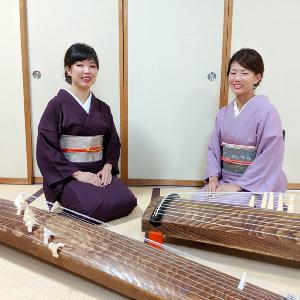 箏を演奏する渡部佳奈子と舘野和佳奈