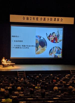 三島市介護予防講演会で箏回想法の講演をする箏回想士の渡部佳奈子