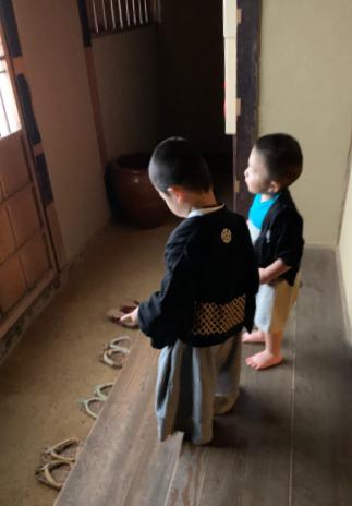 福島県郡山市開成館立岩一郎邸にいる袴姿の男の子たち