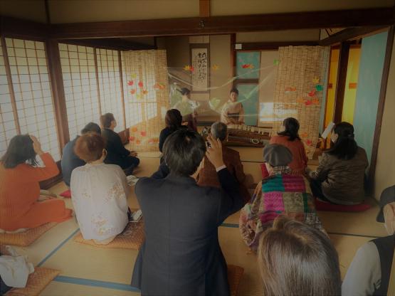 日本遺産開成館で箏の音色を楽しむ聴衆